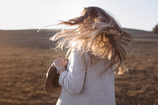 【髪のパサつき・広がり】どうすればいい?冬を快適に過ごすための「静電気対策」